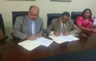 El Alcalde Daniel Ozuna, firmo ayer un convenio con la Universidad Experimental Félix Adam.